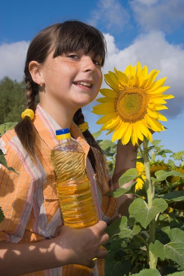 Das Mädchen mit Sonnenblume stockbild