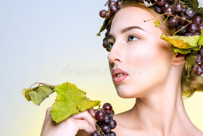 Das Mädchen mit Trauben lizenzfreie stockbilder