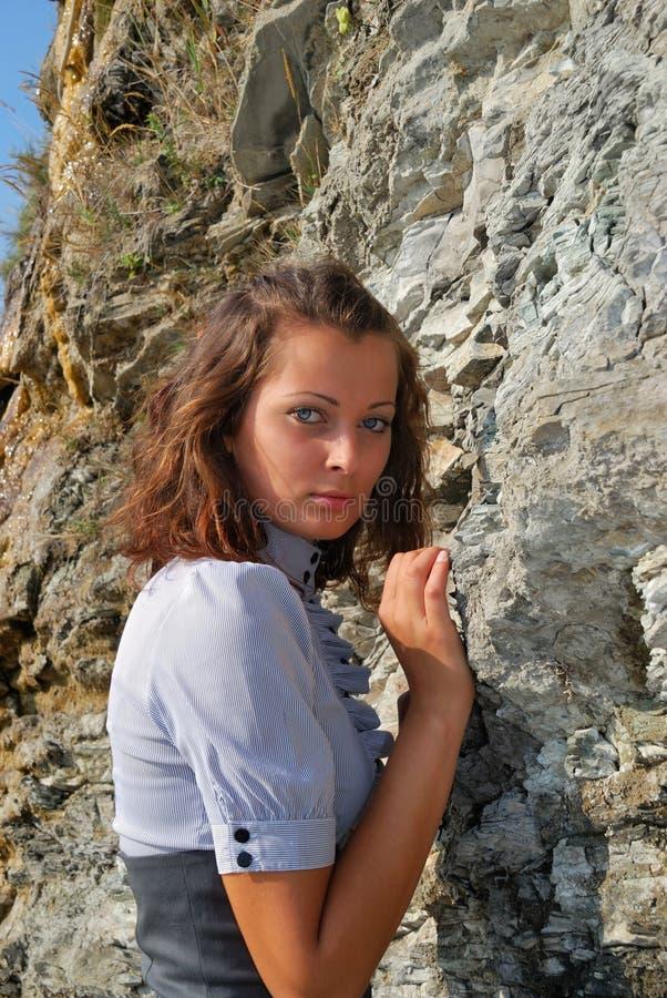 Das Mädchen nahe einem Felsen lizenzfreies stockbild