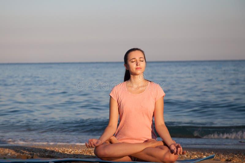 Das Mädchen nimmt an Eignung und Yoga teil stockfotos