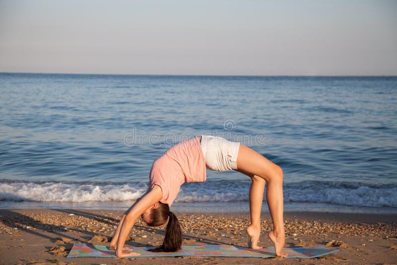 Das Mädchen nimmt an Eignung und Yoga teil lizenzfreie stockfotos