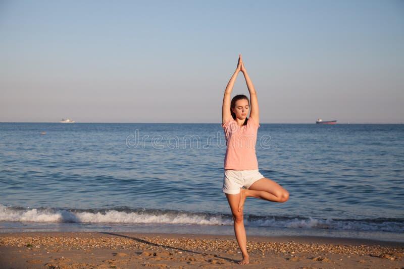 Das Mädchen nimmt an Eignung und Yoga teil stockfoto