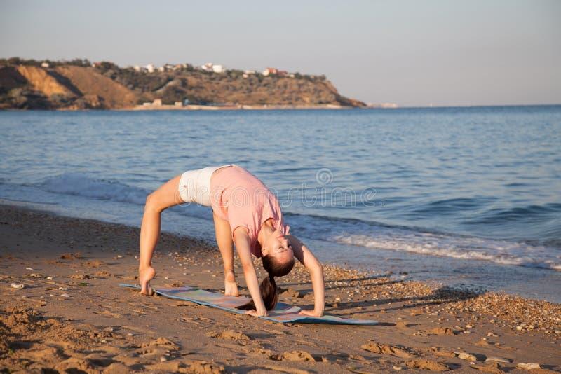 Das Mädchen nimmt an Eignung und Yoga teil lizenzfreie stockbilder