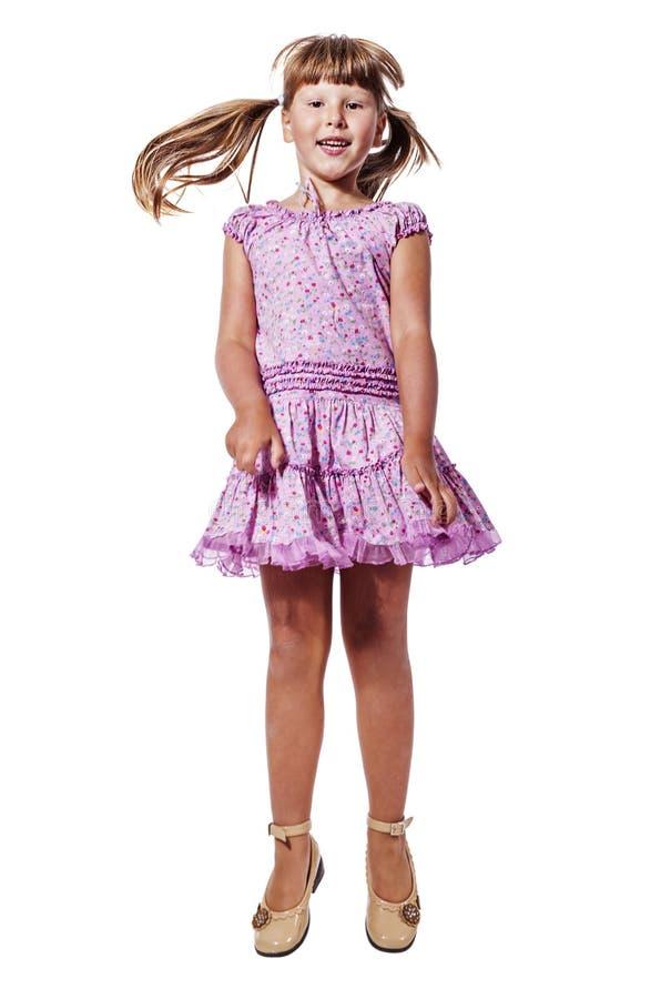 Das Mädchen oben springend stockfotos
