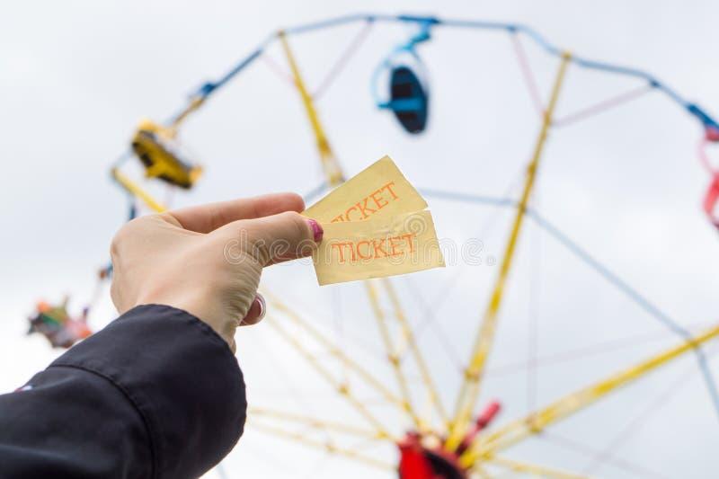 Das Mädchen oder junge Frau, die Vergnügungspark halten, etikettiert in der Hand stockfoto