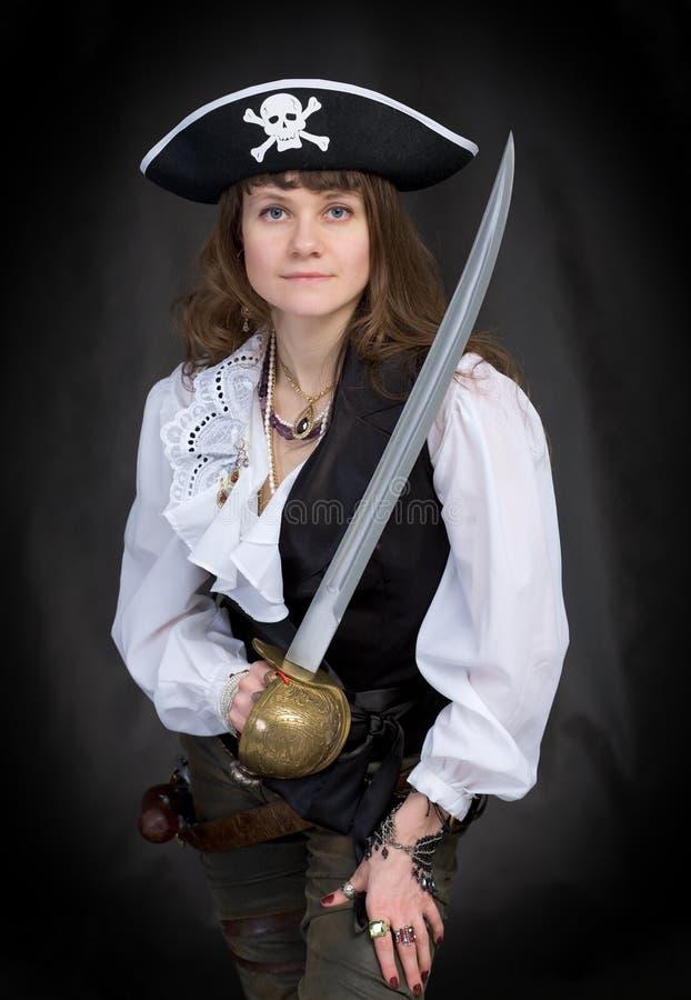 Das Mädchen - Pirat mit einem Säbel in den Händen lizenzfreie stockfotografie