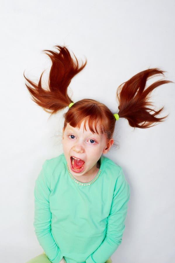 Das Mädchen schreit laut lizenzfreie stockfotografie