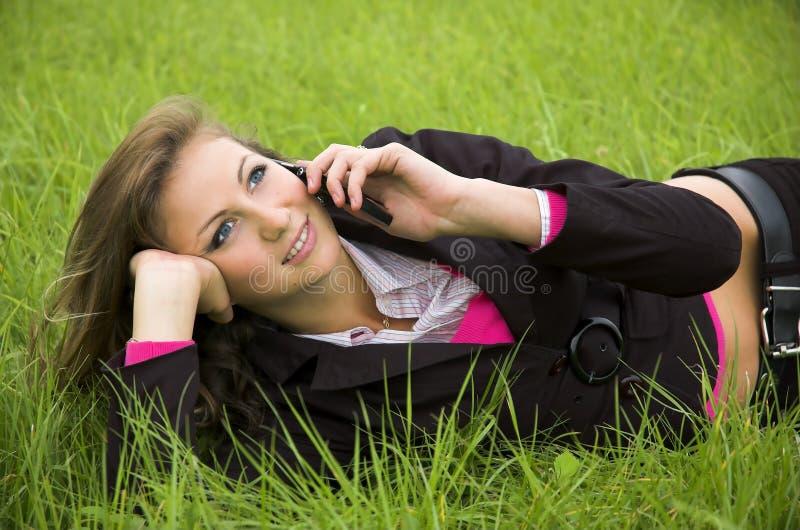 Das Mädchen spricht durch Telefon stockfoto