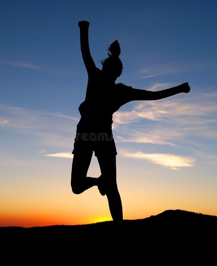 Das Mädchen-Springen stockfotografie