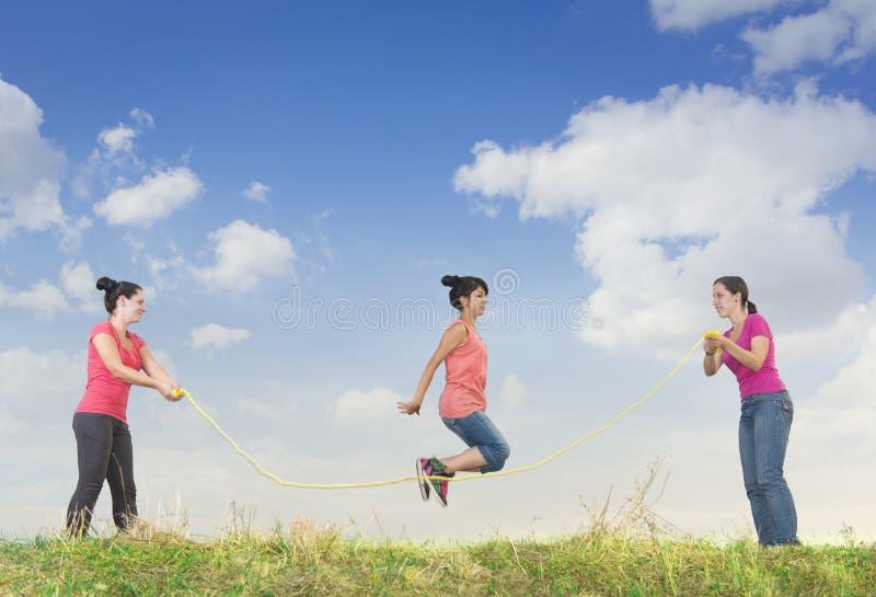 Das Mädchen springend über ein Seil stockbilder