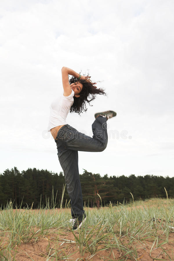 Das Mädchen springend in den Park stockfotos