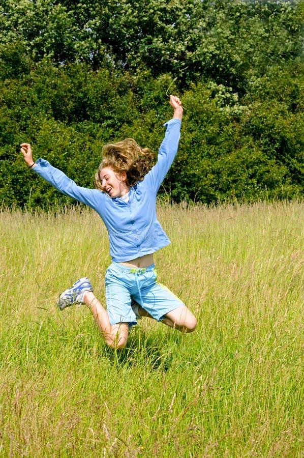 Das Mädchen springend für Freude lizenzfreies stockbild