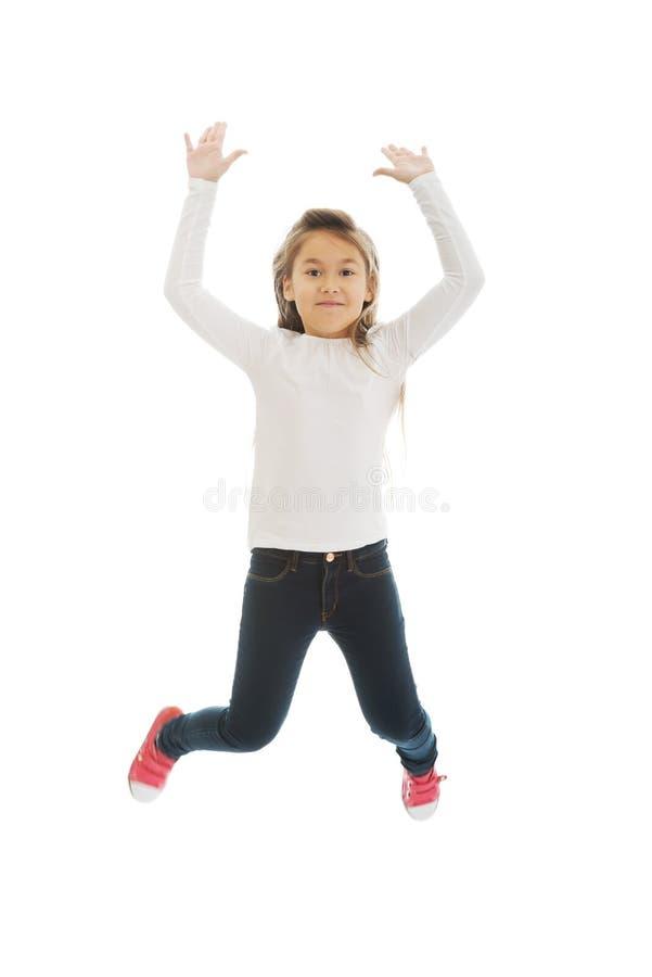 Das Mädchen springend mit Freude stockfotografie