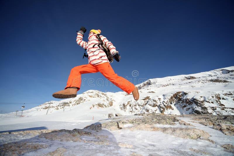 Das Mädchen springend zwischen Felsen lizenzfreies stockbild
