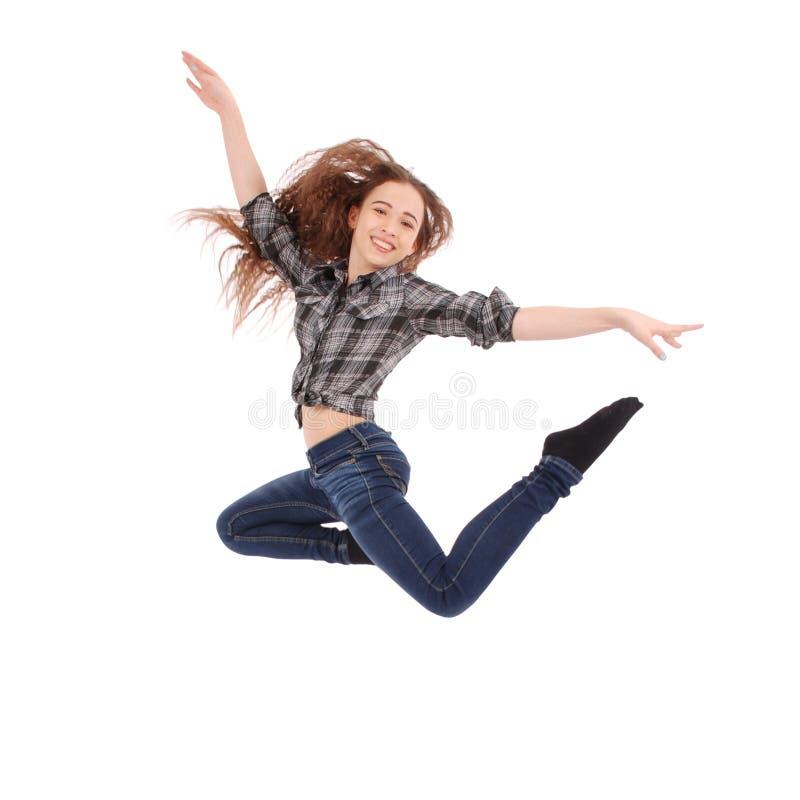Das Mädchen springt und lächelt lizenzfreie stockbilder
