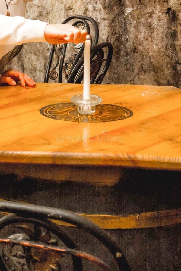 Das Mädchen stellt eine Kerze an ein lizenzfreies stockfoto
