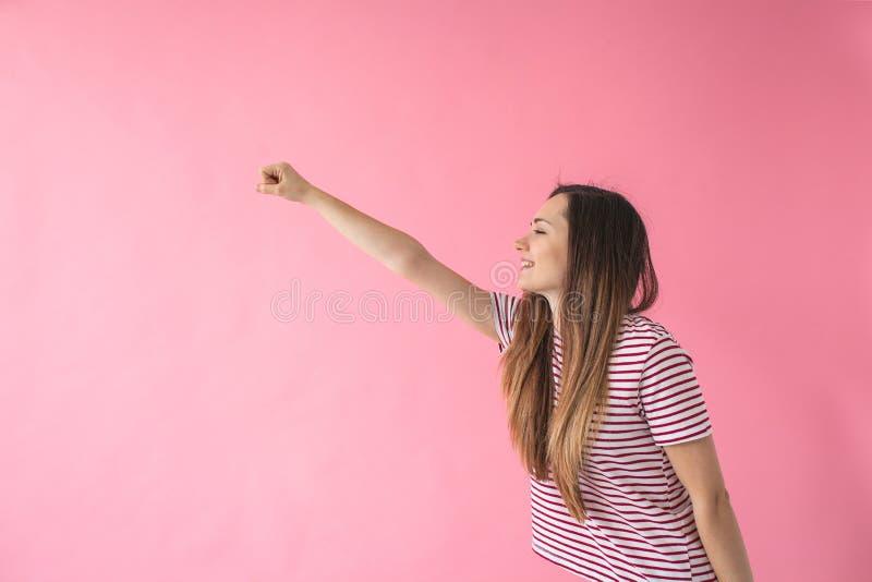 Das Mädchen träumt, dass sie fliegt lizenzfreies stockbild