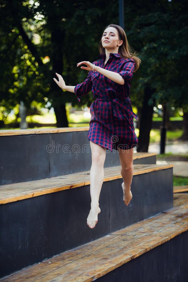 Das Mädchen tut Pirouette gehend auf a auf den Zehen geht gegen Sommerpark lizenzfreie stockfotografie