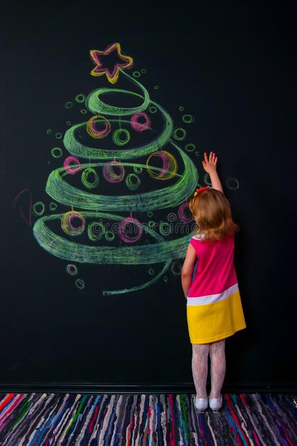 Das Mädchen und der gezogene Baum lizenzfreie stockfotografie