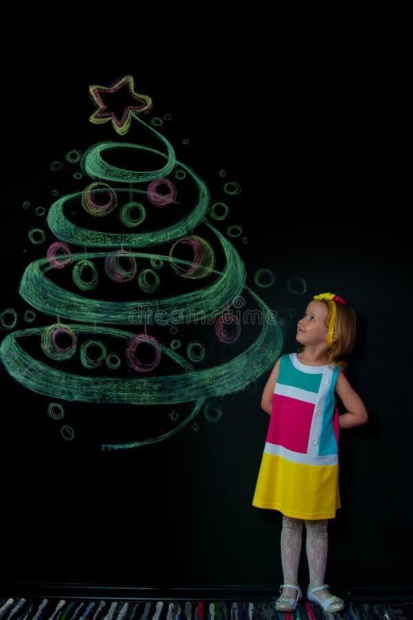 Das Mädchen und der gezogene Baum stockfotografie