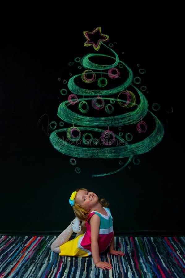 Das Mädchen und der gezogene Baum stockfotos