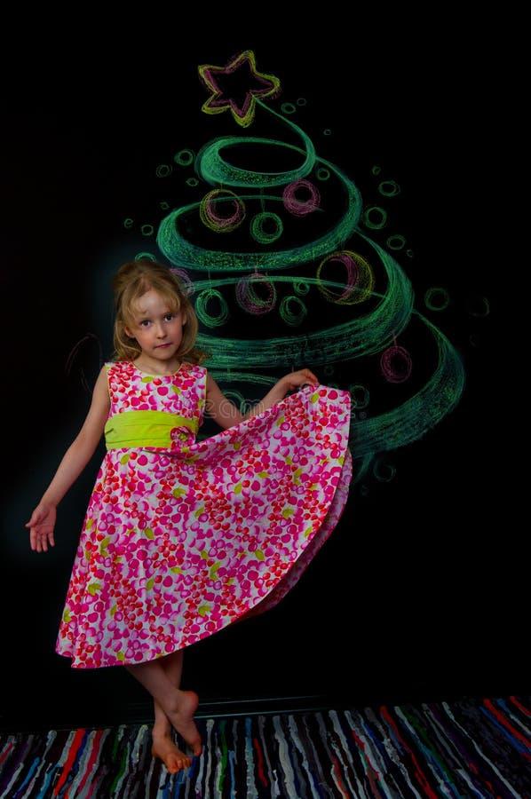 Das Mädchen und der gezogene Baum stockbilder