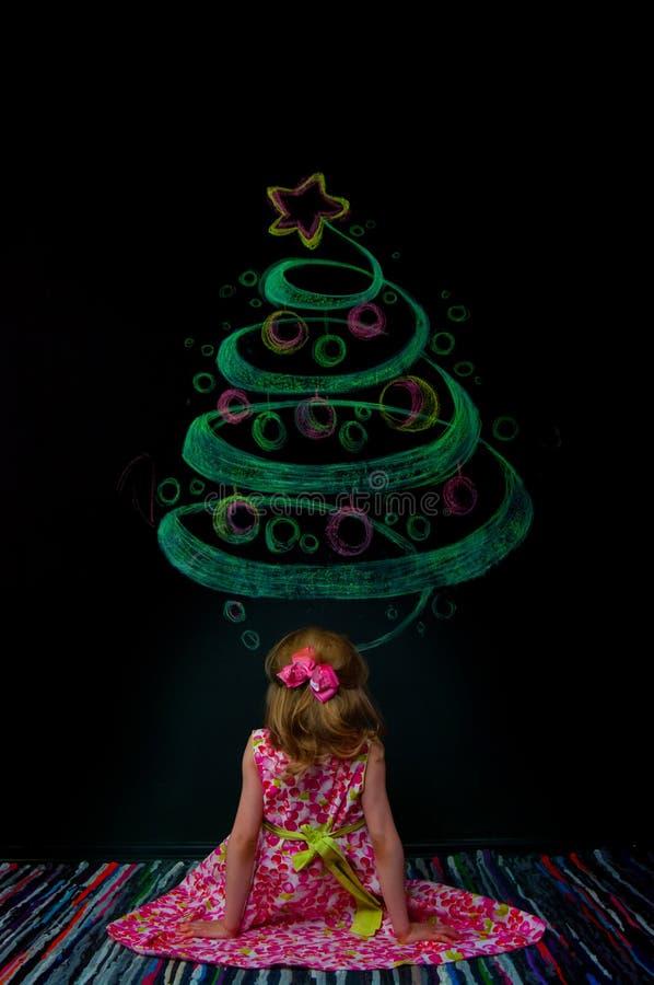 Das Mädchen und der gezogene Baum stockbild
