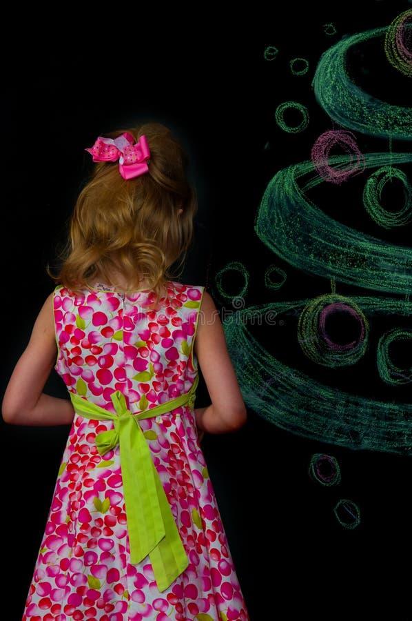 Das Mädchen und der gezogene Baum lizenzfreie stockfotos
