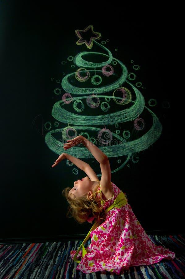Das Mädchen und der gezogene Baum lizenzfreies stockfoto