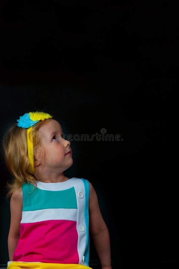 Das Mädchen und der schwarze Hintergrund lizenzfreie stockbilder