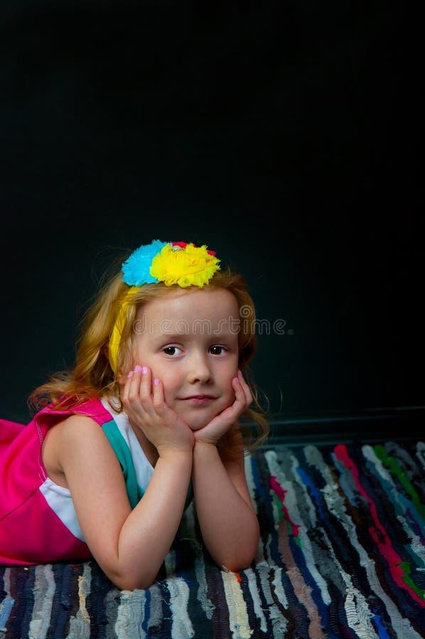 Das Mädchen und der schwarze Hintergrund lizenzfreies stockfoto