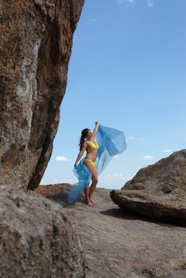 Das Mädchen unter Felsen lizenzfreie stockfotos