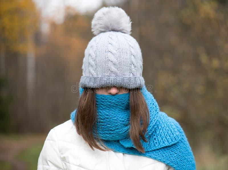 Das Mädchen wird in der warmen Kleidung, warme Hände gekleidet Herbst, kalte Außenseite stockfotos