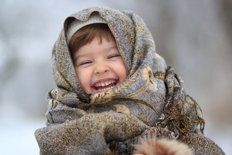 Das Mädchen wird oben in einem Schal eingewickelt lizenzfreie stockbilder