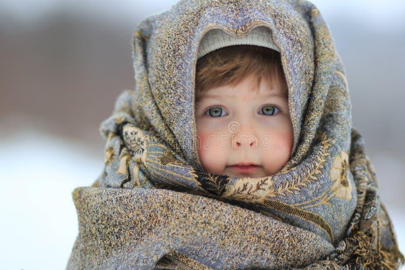 Das Mädchen wird oben in einem Schal eingewickelt stockfoto