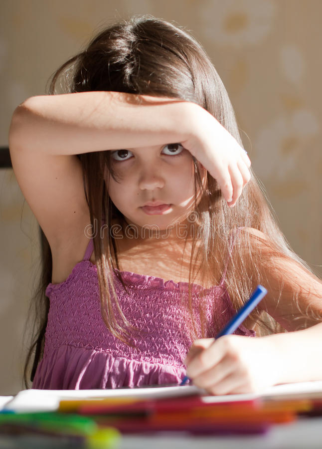 Das Mädchen zeichnet stockfoto