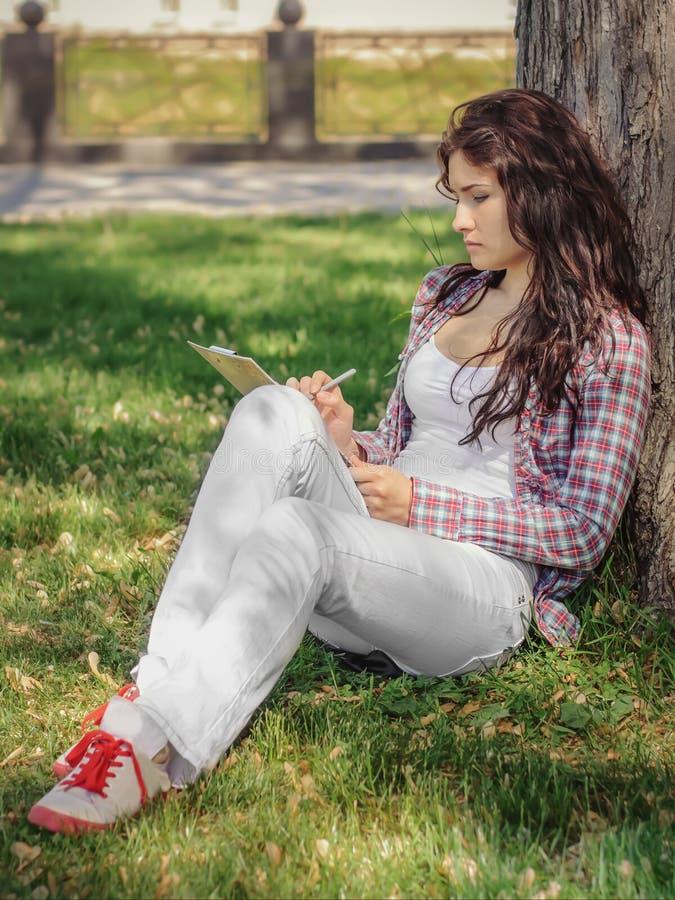 Das Mädchen zeichnet Skizzen lizenzfreies stockbild