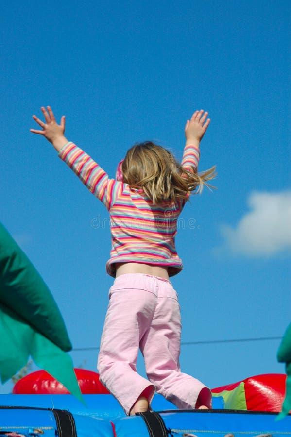 Das Mädchenspringen lizenzfreies stockfoto