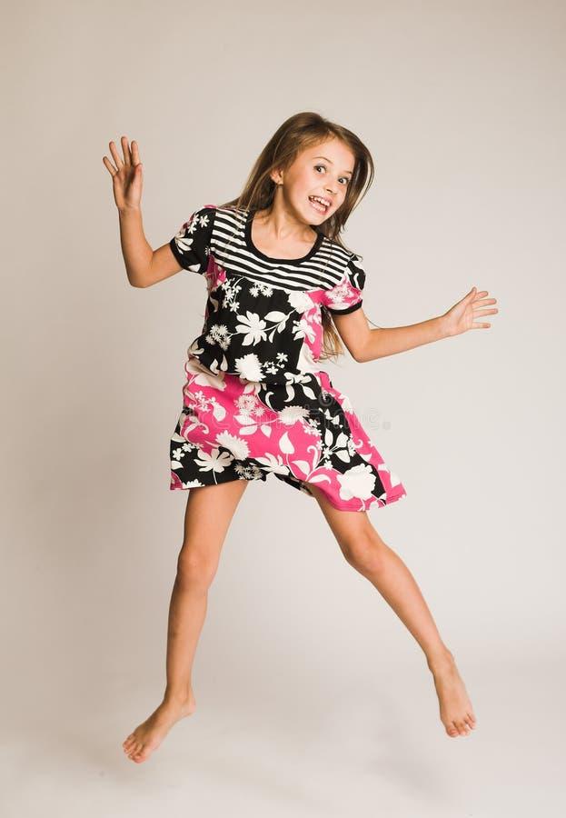 Das Mädchenspringen der Freude stockbild