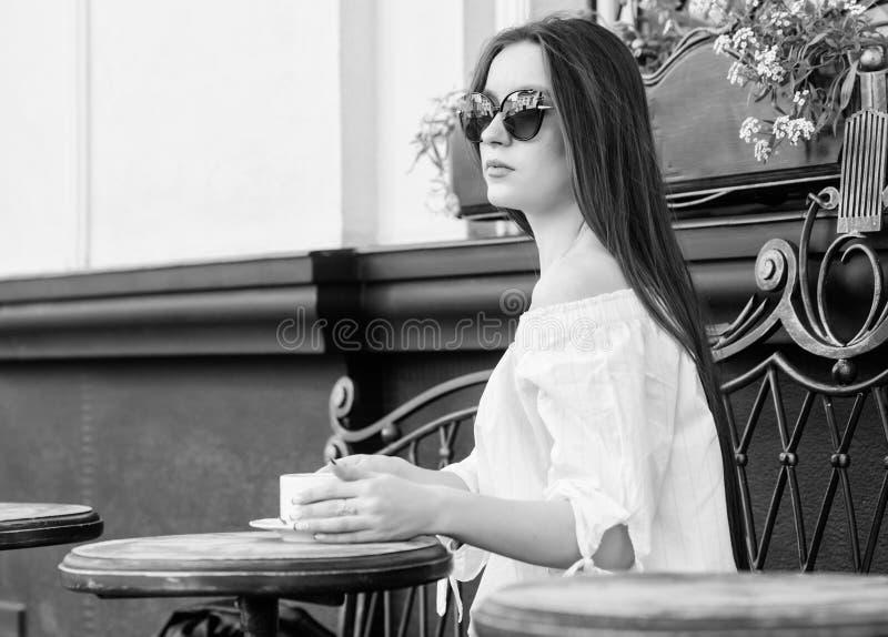 Das M?dchen in einem wei?en Hausmantel mit einem Tasse Kaffee Wartedatum Guten Morgen Fr?hst?ckszeit M?dchen entspannen sich im C stockfoto