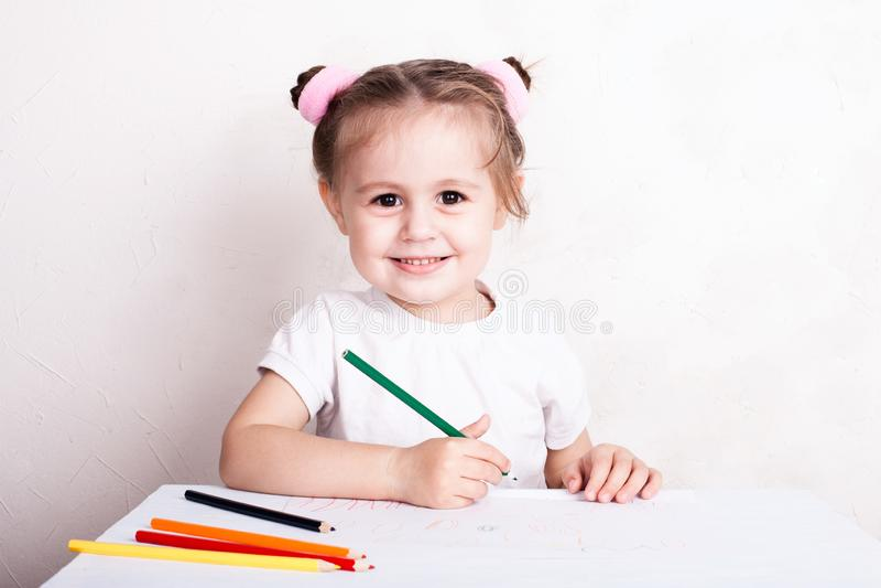 Das M?dchen zeichnet in farbige Bleistifte stockbild