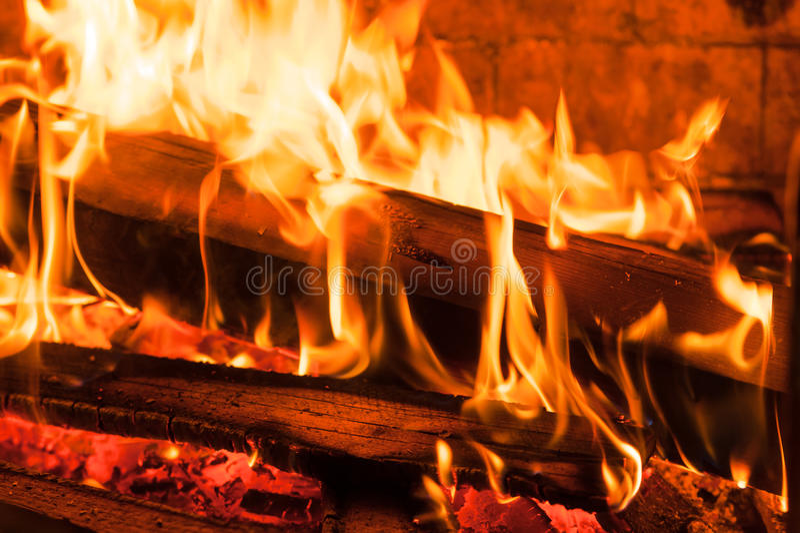 Ember ardente das madeiras na chaminé fotos de stock