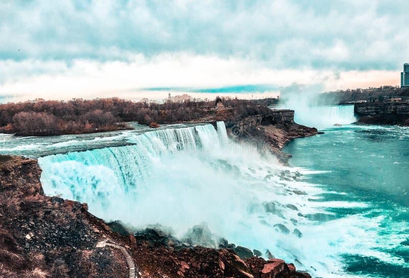 Das majestätische Niagara Falls in seinem ganzem Ruhm lizenzfreie stockfotos
