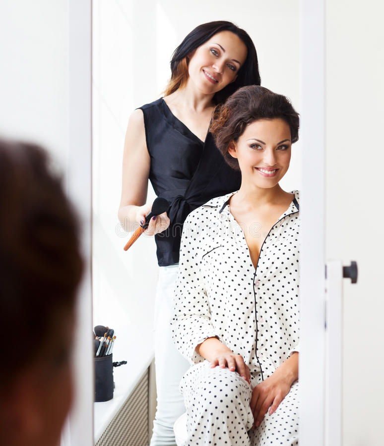 Das Make-upkünstlerhandeln macht schöne Braut wieder gut lizenzfreie stockbilder