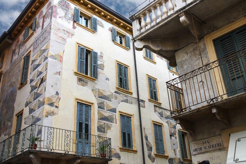 Das malerische Haus mit Wandgemälden auf der Straße über Arche Scalig lizenzfreie stockfotos