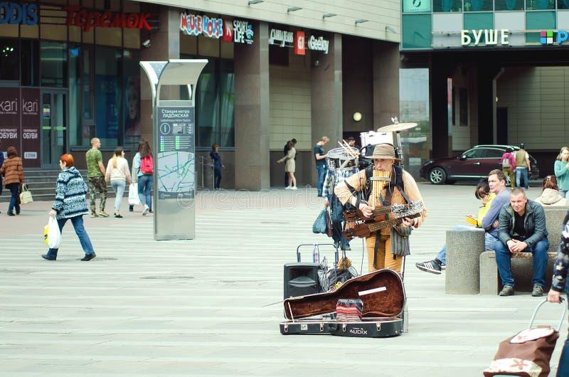 Das Mannorchester, Mikhail Karetko spielt nahe der Ladoga-Station in St Petersburg stockfotos