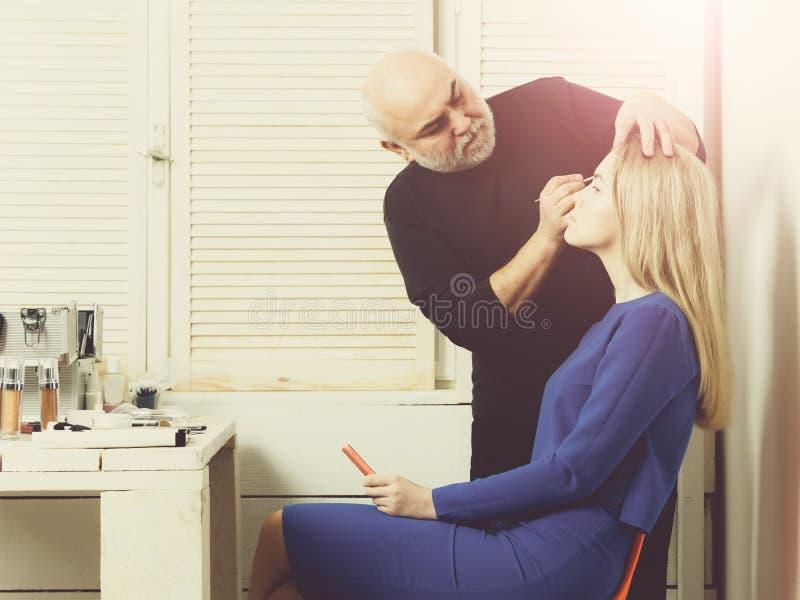 Das Maskenbildnerzutreffen bilden auf Frauengesicht stockfoto