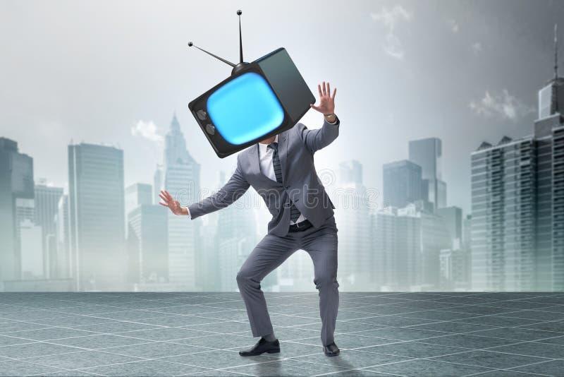 Das Medienzombiekonzept mit Mann und Fernseher anstelle des Kopfes stock abbildung