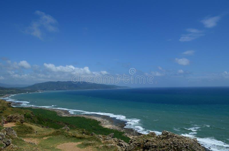 Das Meer und die Wiese lizenzfreies stockfoto