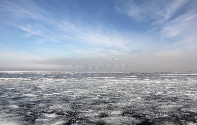 Das Meer wird mit Eis bedeckt lizenzfreies stockfoto